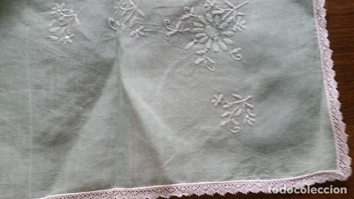 Mantel de organza bordado