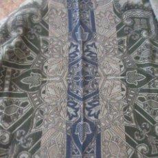 Antigüedades: ANTIGUA COLCHA TIPO TAPIZ ESCENA ORIENTAL, PRECIOSOS TONOS VERDES.REMATE FESTONEADO A MANO. Lote 110183963