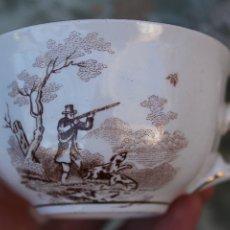 Antigüedades: TAZA RARA DE PORCELANA PICKMAN SEVILLA MOTIVOS CAZA CAZADOR EN MARRÓN Y FILO DE ORO MUY. Lote 110084395
