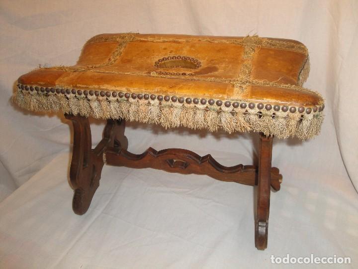 antiguo escabel o reposapiés de madera y cuero - Comprar Muebles ...