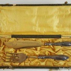 Antigüedades: CUBIERTOS DE TRINCHAR CARNE. METAL DORADO Y PLATA. ESPAÑA. CIRCA 1950. . Lote 110204975