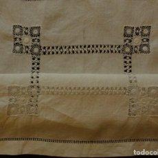 Antigüedades: ANTIGUO TAPETE DE LINO - BORDADO DE DIFERENTES VAINICAS Y ENCAJES S.XIX . Lote 110208119
