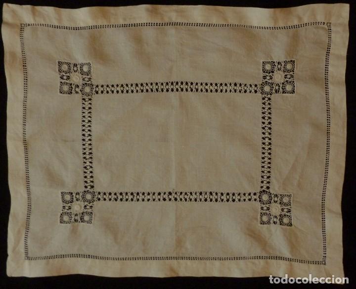Antigüedades: ANTIGUO TAPETE DE LINO - BORDADO DE DIFERENTES VAINICAS Y ENCAJES S.XIX - Foto 2 - 110208119