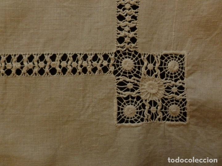 Antigüedades: ANTIGUO TAPETE DE LINO - BORDADO DE DIFERENTES VAINICAS Y ENCAJES S.XIX - Foto 3 - 110208119