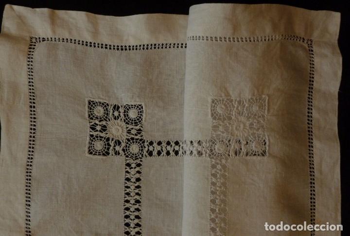 Antigüedades: ANTIGUO TAPETE DE LINO - BORDADO DE DIFERENTES VAINICAS Y ENCAJES S.XIX - Foto 5 - 110208119