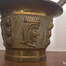 Antigüedades: ALMIREZ- MORTERO DE BRONCE ANTIGUO CON GRABADOS. IDEAL PARA DECORACION Y COMO ANTIGUEDAD.. Lote 110215999