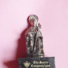Antigüedades: SANTIAGO APOSTOL PEQUEÑA FIGURA EN PEANA COMPOSTELA AÑO SANTO COMPOSTELANO 2010. Lote 110217743