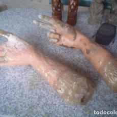 Antigüedades: LOTE DE 2 BRAZOS DE TALLA MADERA DE SANTO DE VESTIR XVIII. Lote 110223075