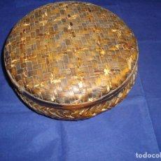Antigüedades: ANTIGUA CESTA / NECESER DE BAMBÚ 24 CM DE DIAMETRO. Lote 110242567