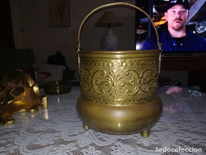 Antigüedades: Precioso caldero de latón repujado medidas 21,5x20cm miren fotos - Foto 2 - 110256747