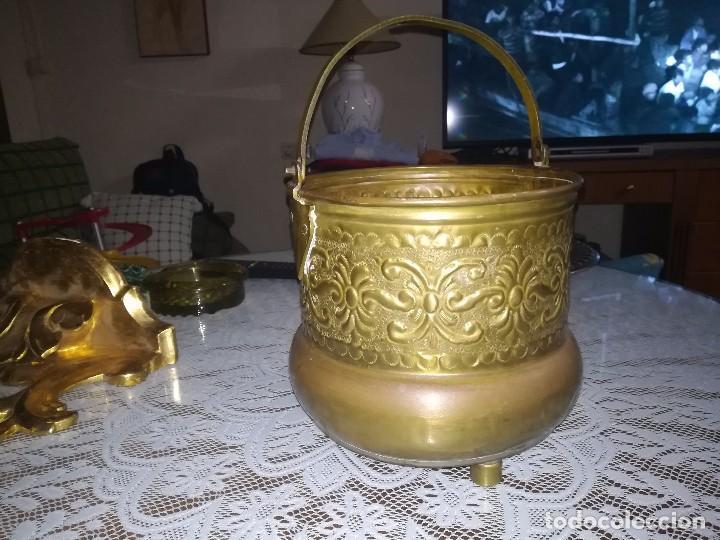Antigüedades: Precioso caldero de latón repujado medidas 21,5x20cm miren fotos - Foto 5 - 110256747