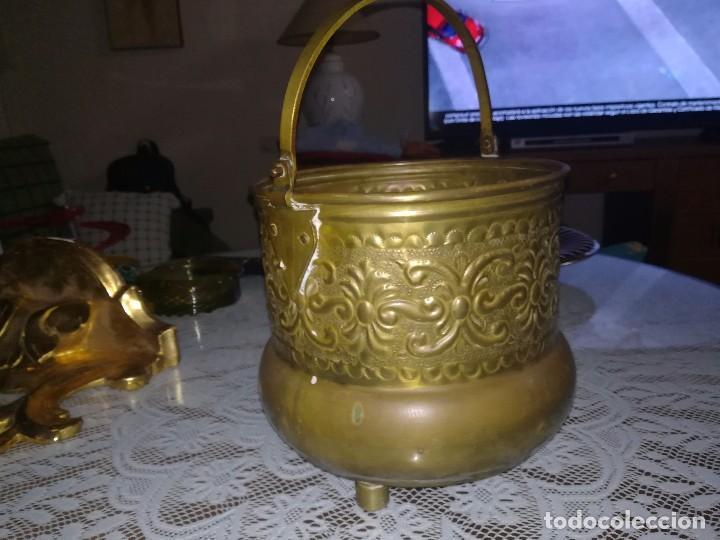 Antigüedades: Precioso caldero de latón repujado medidas 21,5x20cm miren fotos - Foto 7 - 110256747