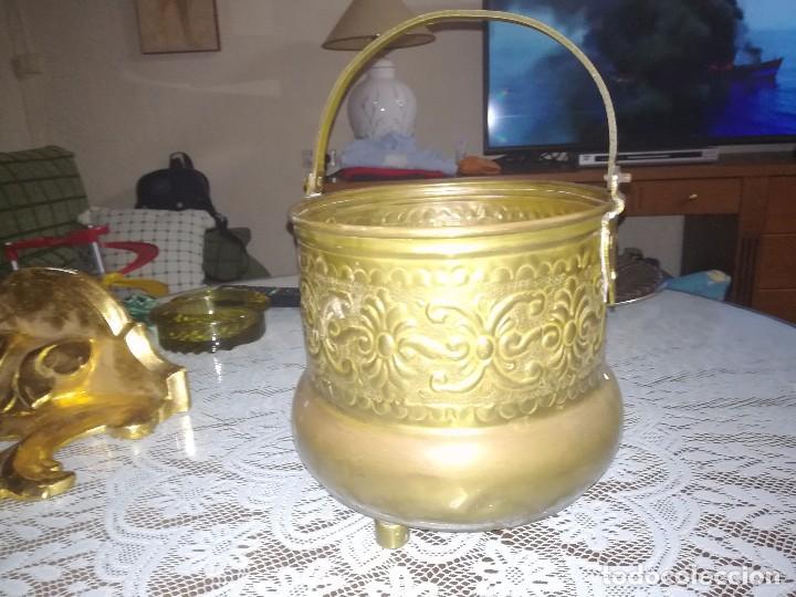 Antigüedades: Precioso caldero de latón repujado medidas 21,5x20cm miren fotos - Foto 19 - 110256747