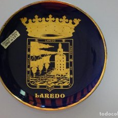 Antigüedades: PLATO RECUERDO SOUVENIR DE CERÁMICA. LAREDO, CANTABRIA. ORO DE LEY. 12 CM. 120 GR. Lote 110262839