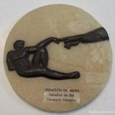 Antigüedades: MEDALLÓN DE SAL. LA CREACIÓN DE ADÁN. DE LA CATEDRAL DE SAL EN ZIPAQUIRÁ. COLOMBIA. Lote 110263435