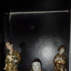 Antigüedades: TRES FIGURAS PORCELANA JAPONESA SATSUMA DE FINAL SIGLO XIX CON ESMALTE Y ORO.FIGURA DECORADA A MANO. Lote 110275319