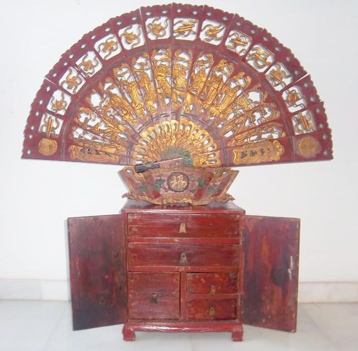 CONJUNTO ORIENTAL, SIGLO XIX, MUEBLE CABINETE O JOYERO, Y ABANICO CON BASE EN MADERA TALLADA (Antigüedades - Muebles Antiguos - Auxiliares Antiguos)