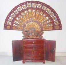 Antigüedades: CONJUNTO ORIENTAL, SIGLO XIX, MUEBLE CABINETE O JOYERO, Y ABANICO CON BASE EN MADERA TALLADA. Lote 110275495