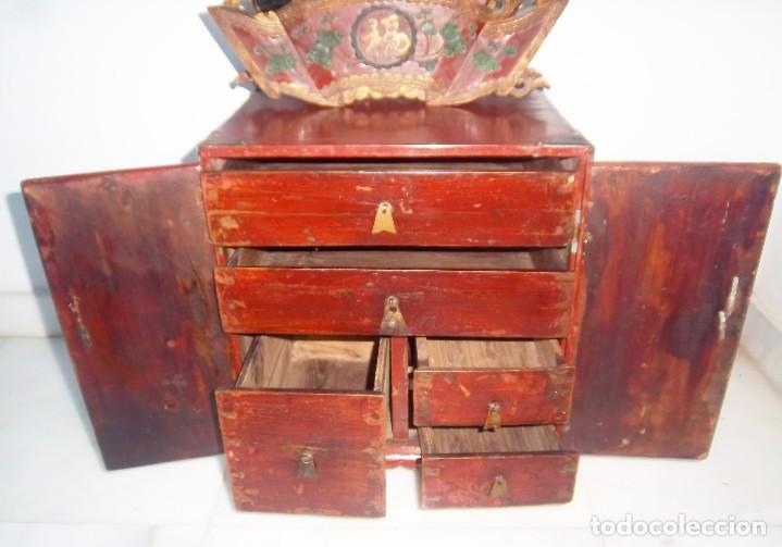Antigüedades: CONJUNTO ORIENTAL, SIGLO XIX, MUEBLE CABINETE O JOYERO, Y ABANICO CON BASE EN MADERA TALLADA - Foto 5 - 110275495