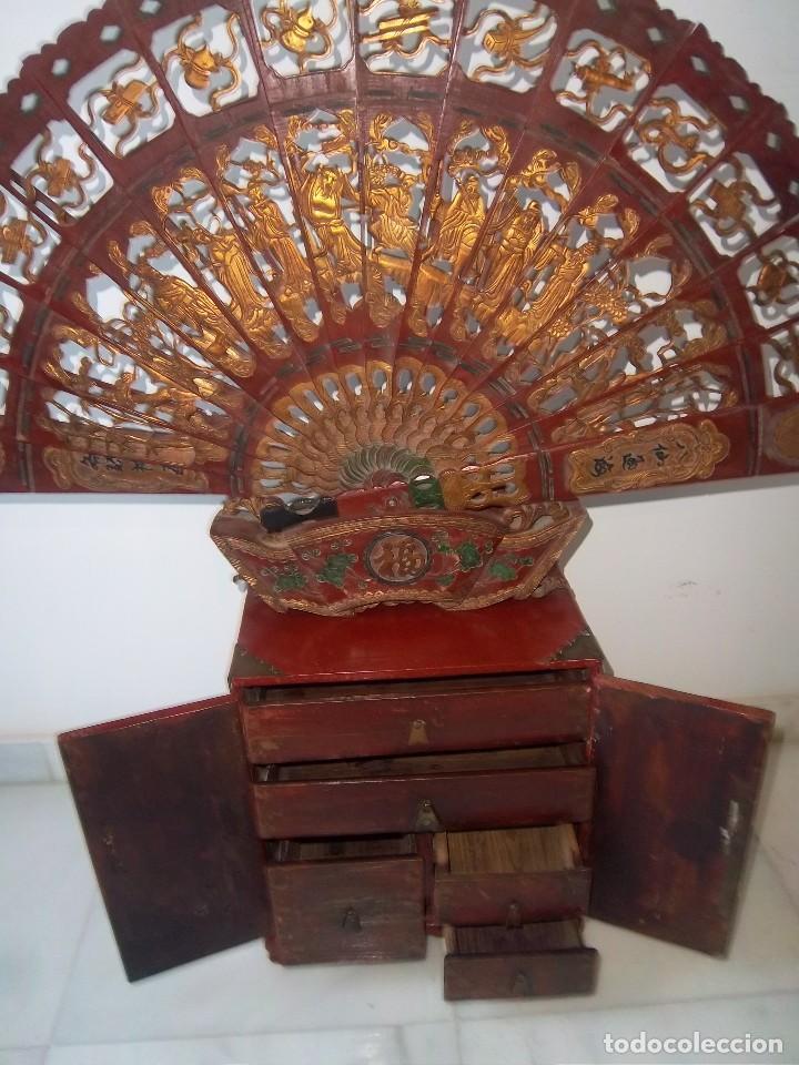 Antigüedades: CONJUNTO ORIENTAL, SIGLO XIX, MUEBLE CABINETE O JOYERO, Y ABANICO CON BASE EN MADERA TALLADA - Foto 6 - 110275495