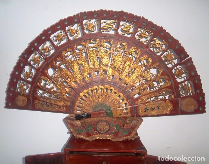 Antigüedades: CONJUNTO ORIENTAL, SIGLO XIX, MUEBLE CABINETE O JOYERO, Y ABANICO CON BASE EN MADERA TALLADA - Foto 7 - 110275495