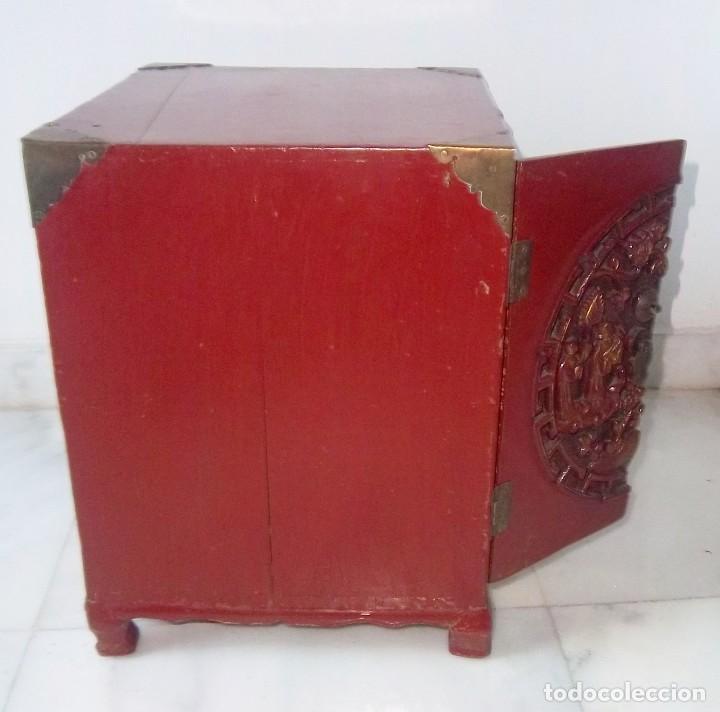 Antigüedades: CONJUNTO ORIENTAL, SIGLO XIX, MUEBLE CABINETE O JOYERO, Y ABANICO CON BASE EN MADERA TALLADA - Foto 8 - 110275495