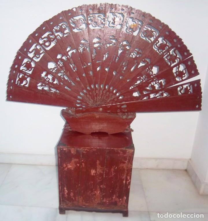 Antigüedades: CONJUNTO ORIENTAL, SIGLO XIX, MUEBLE CABINETE O JOYERO, Y ABANICO CON BASE EN MADERA TALLADA - Foto 17 - 110275495