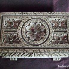 Antigüedades: ANTIGUO COFRE CAJA DE MADERA TALLADA COLOR MARFIL DECAPE. JOYERO. Lote 110278103