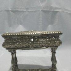 Antigüedades: JOYERO DE CALAMINA PLATEADA.REPUJADO. Lote 110405975