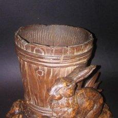 Antigüedades: ANTIGUA PIEZA TALLADA EN MADERA DE LA SELVA NEGRA, CONEJO CON BARRIL FINALES XIX PSS XX. (ALEMANIA). Lote 110414503