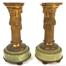 Antigüedades: PAREJA DE CANDELABROS. BRONCE. BASE DE MARMOL VERDE. SIGLO XIX-XX. . Lote 110534607