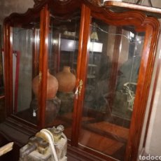 Antigüedades: VITRINA MUY BONITA EN BUEN ESTADO. ALGUN ROZON.. Lote 110556558
