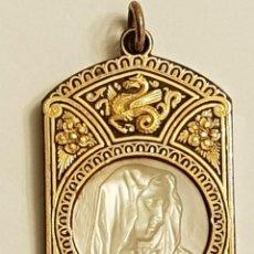 Antigüedades: MEDALLA DAMASQUINADA Y NÁCAR DE LA VIRGEN. ART NOUVEAU-DECO. AÑO 1917. Lote 110592135