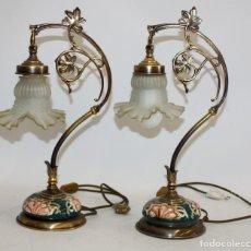 Antigüedades: PAREJA DE LAMPARAS MODERNISTAS EN BRONCE Y BASES EN MAJOLICA. CIRCA 1910. Lote 110622371