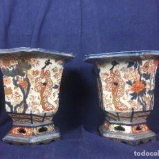 Antigüedades: PAREJA JARDINERAS HEXAGONALES DECORACION IMARI MOTIVOS FLORALES PERSONAJES 27 CM ALTO. Lote 110623879