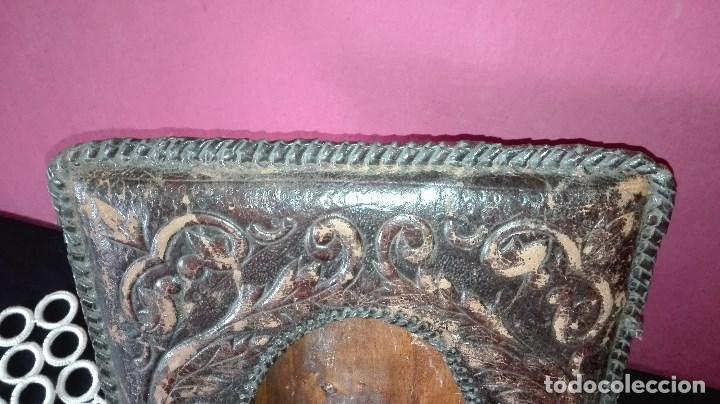 Antigüedades: ANTIGUO MARCO DE FOTO EN PIEL REPUJADA - Foto 2 - 110634139