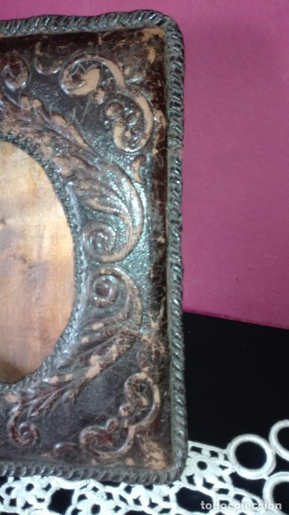 Antigüedades: ANTIGUO MARCO DE FOTO EN PIEL REPUJADA - Foto 5 - 110634139