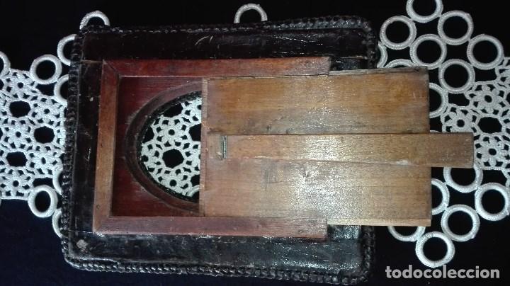 Antigüedades: ANTIGUO MARCO DE FOTO EN PIEL REPUJADA - Foto 9 - 110634139