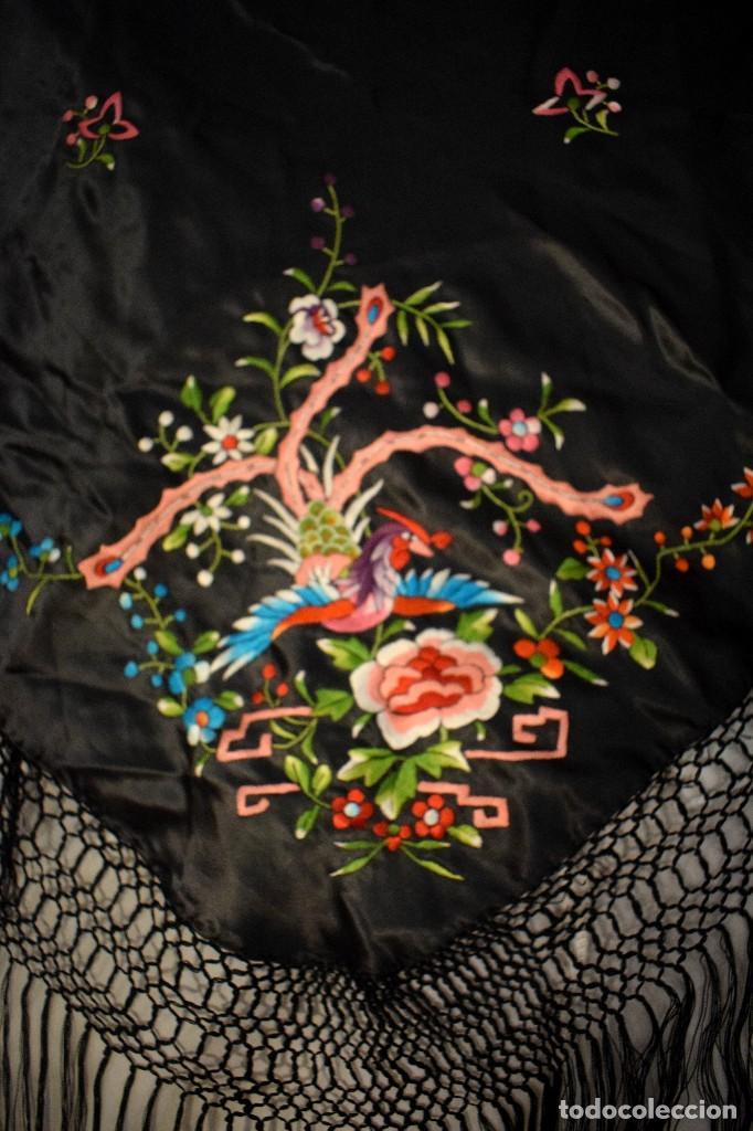 Antigüedades: Mantón de Manila, mantoncillo raso de seda para niña o feria bordado con pajaros - Foto 3 - 110685967