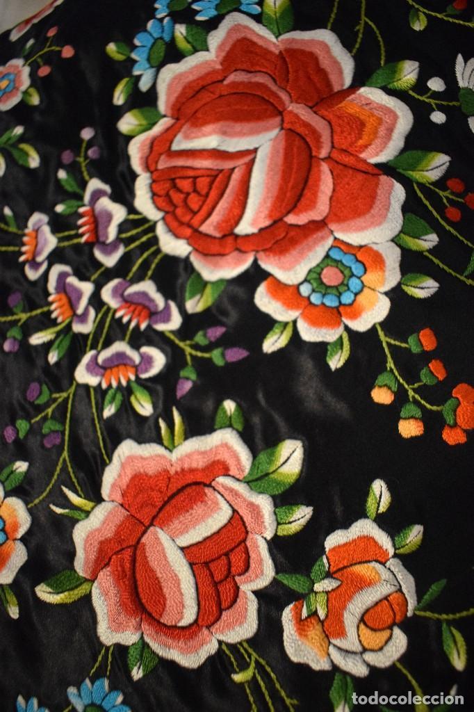 Antigüedades: Mantón de Manila, raso de seda con gran cantidad de bellos bordados - Foto 2 - 110686059