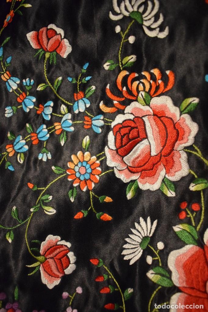 Antigüedades: Mantón de Manila, raso de seda con gran cantidad de bellos bordados - Foto 3 - 110686059