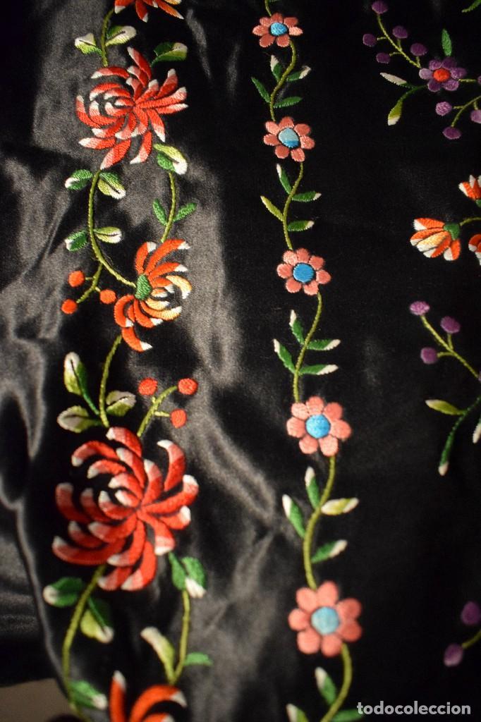Antigüedades: Mantón de Manila, raso de seda con gran cantidad de bellos bordados - Foto 4 - 110686059