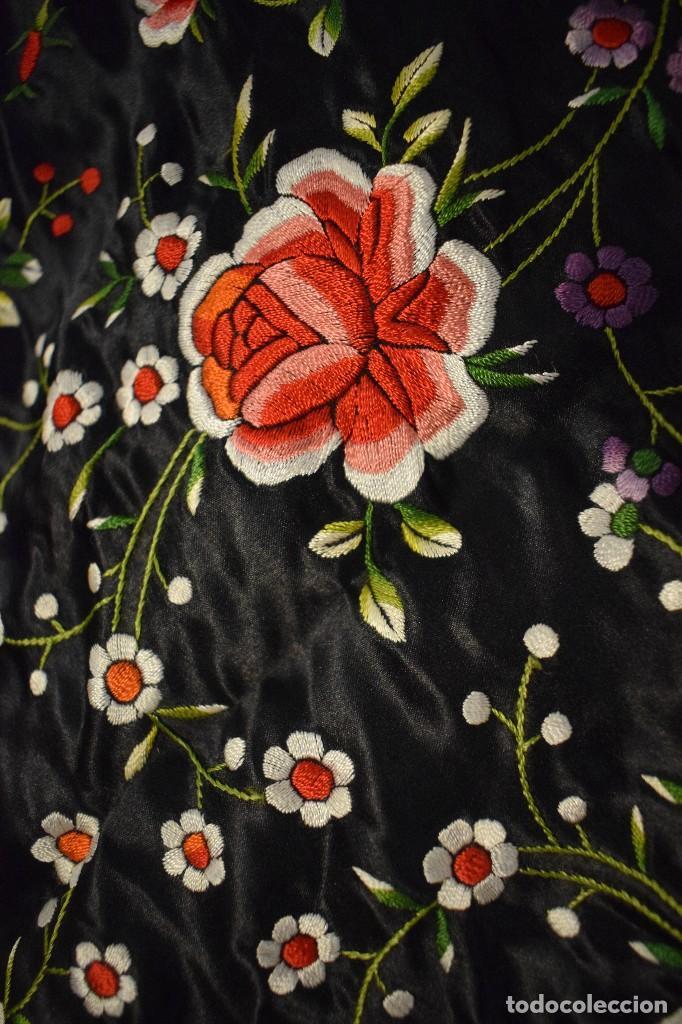 Antigüedades: Mantón de Manila, raso de seda con gran cantidad de bellos bordados - Foto 5 - 110686059