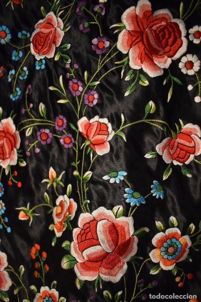 Antigüedades: Mantón de Manila, raso de seda con gran cantidad de bellos bordados - Foto 6 - 110686059