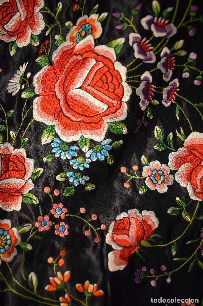 Antigüedades: Mantón de Manila, raso de seda con gran cantidad de bellos bordados - Foto 7 - 110686059
