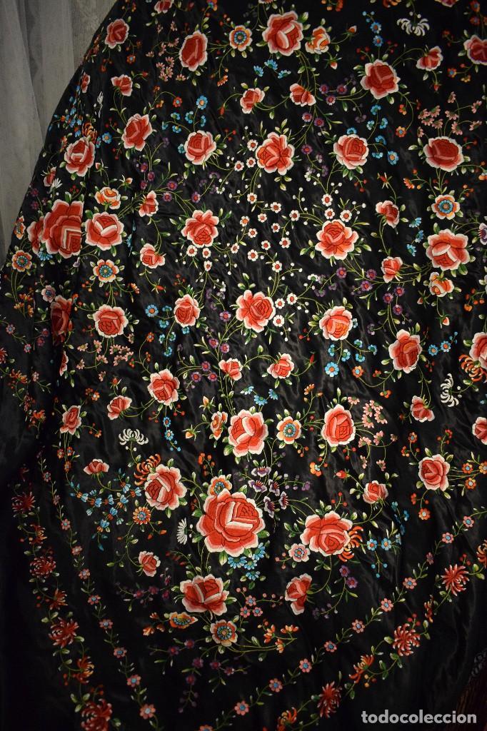 Antigüedades: Mantón de Manila, raso de seda con gran cantidad de bellos bordados - Foto 8 - 110686059