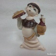 Antigüedades: ANTIGUA FIGURA MONJE CON BOCADILLO Y BEBIDA DE PLÁSTICO DURO . Lote 110750795