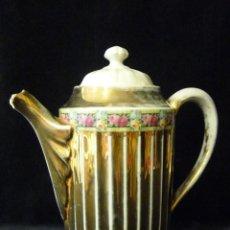 Antigüedades: ANTIGUA CAFETERA DE PORCELANA FACETADA CON TAPADERA. FLORES Y ORO. 24 CM.. Lote 110751803