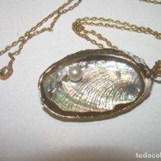 Antigüedades: BONITO COLGANTE DE CONCHA.....CON APLICACIONES DE PAN DE ORO. Lote 110804955
