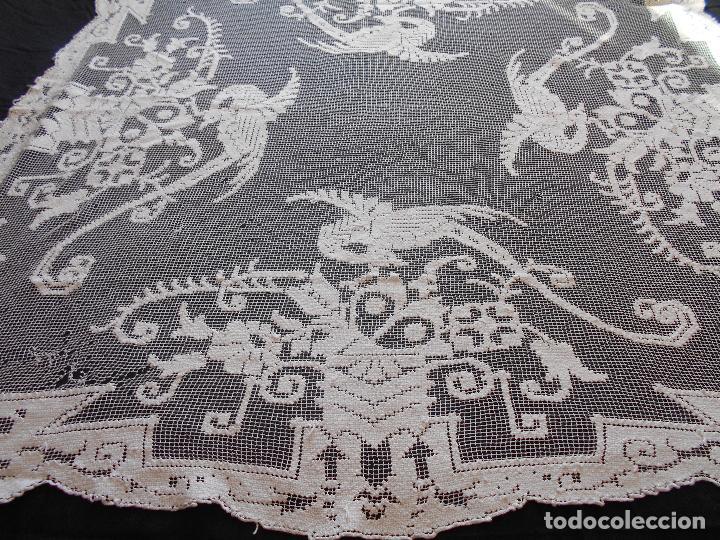 Antigüedades: ANTIGUO TAPETE BORDADO EN RED O MALLA, MIDE 138 X 130 CMS.// LEER DESCRIPCION - Foto 3 - 110868243